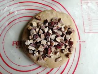 红糖红枣馒头,将发酵好的面团取出,放在案板上,使劲揉,揉出面团里面的气体。发酵好的面团若有点粘手,可以撒一层薄薄的面粉在案板上再揉。面团揉了几分钟后,将红枣块倒入
