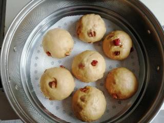 红糖红枣馒头,在温暖处醒发15-20分钟,可以看到馒头胚明显大了,才可以蒸哟