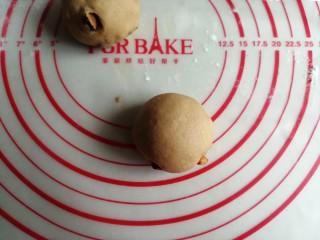 红糖红枣馒头,将每个小剂子揉圆