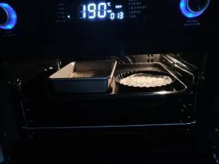 北极甜虾披萨,空气烤190度,放饼底烤12分钟(因为只是烤饼底,只要让饼底呈现微黄色,膨胀起来即可,我喜欢一次多做几个饼底,烤好以后放凉,冰箱冷冻,随用随取,很方便)