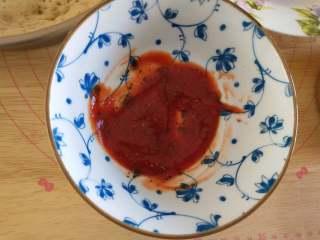 北极甜虾披萨,将番茄酱,黑胡椒,盐,糖放小碗内搅匀成披萨酱