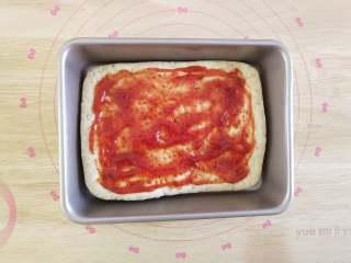 北极甜虾披萨,将披萨酱均匀的抹在饼底上