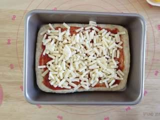 北极甜虾披萨,撒上一层马苏里拉奶酪丝,可以多多的撒,烤好以后多多的奶酪