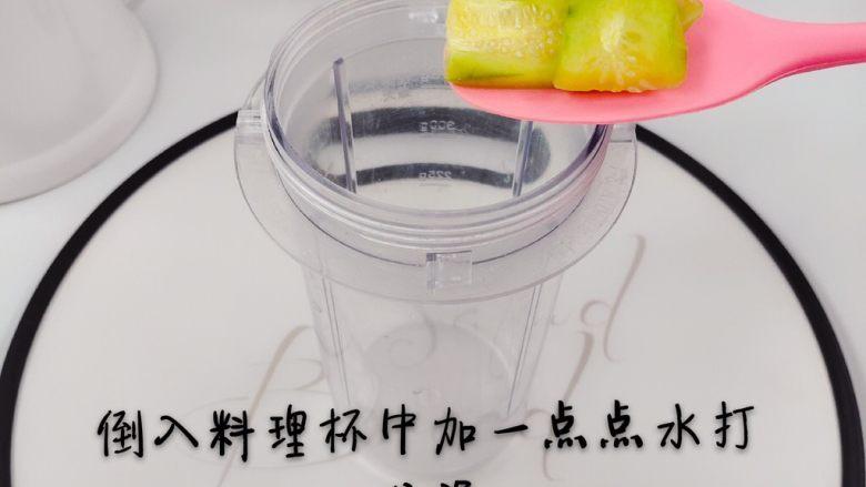 祛火茄子黄瓜泥,装入料理杯加少量温水打成泥