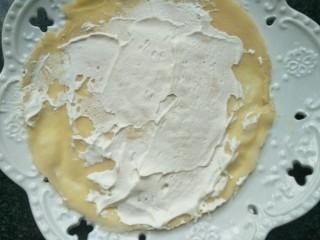 水果奶油卷,一块面皮涂上奶油