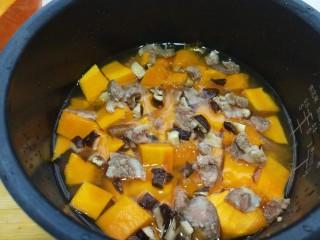 一键式,糙米南瓜腊肉饭,切好的食材一起放入锅中