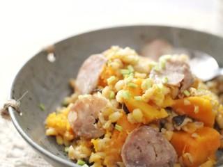 一键式,糙米南瓜腊肉饭,叮  ~  稍搅拌一下,盛入碗中撒上香菜根末。