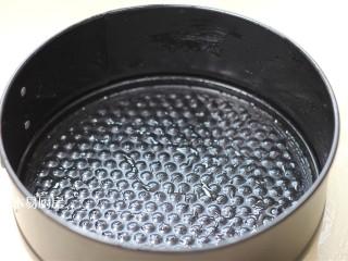 玉米面发糕,准备一个容器,里面刷一层食用油。可以是蛋糕模,不锈钢盆,甚至是碗