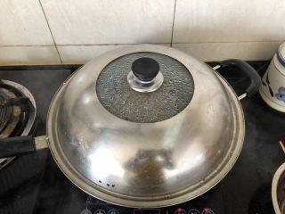 好吃到舔盘的蒜苔肉片焖面,盖好盖子中小火焖至汤汁基本收干。