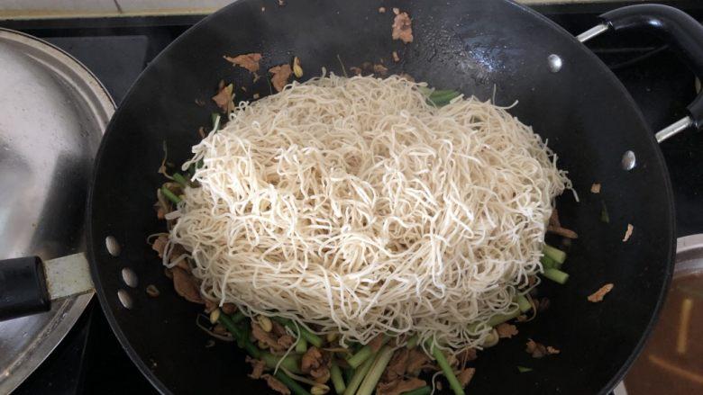 好吃到舔盘的蒜苔肉片焖面,面条铺在菜上。