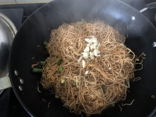 好吃到舔盘的蒜苔肉片焖面,最后在焖好的面条上撒上蒜粒(全靠这把蒜粒出味儿,不要省略哦)。