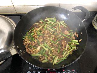 好吃到舔盘的蒜苔肉片焖面,倒入适量的开水煮沸。
