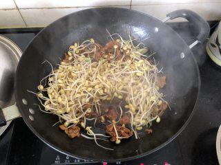 好吃到舔盘的蒜苔肉片焖面,倒入黄豆芽翻炒片刻。