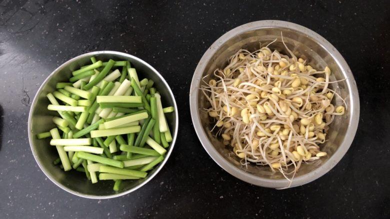 好吃到舔盘的蒜苔肉片焖面,蒜苔洗净切段,黄豆芽洗净沥干水份。