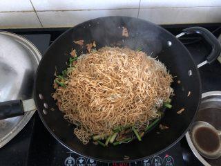 好吃到舔盘的蒜苔肉片焖面,均匀的淋上汤汁。