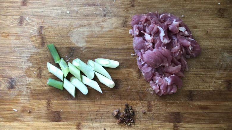 好吃到舔盘的蒜苔肉片焖面,猪里脊肉切成薄片,葱切段,准备花椒、八角。