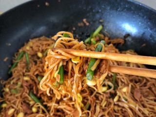 好吃到舔盘的蒜苔肉片焖面,成品图