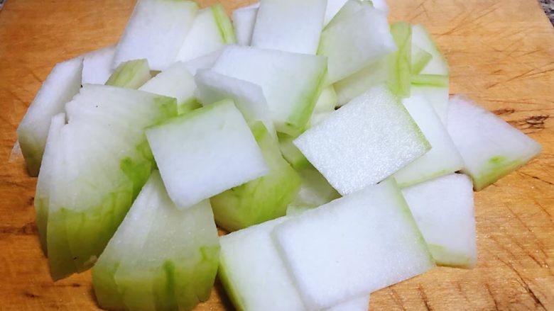 虾滑冬瓜针菇汤,冬瓜去皮洗净沥干水份切成片状
