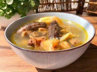 海参番鸭汤,美味的番鸭海参汤炖好了,汤鲜味美,营养丰富