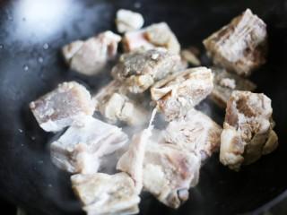 养生滋补的虫草山药排骨汤,将排放入锅中。