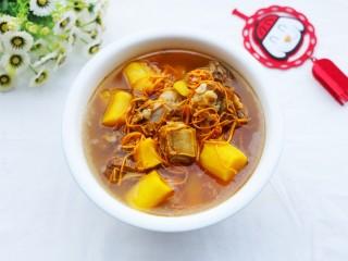 养生滋补的虫草山药排骨汤,出锅盛碗。