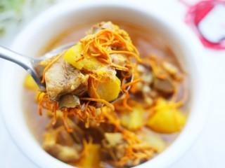 养生滋补的虫草山药排骨汤,汤鲜味美。