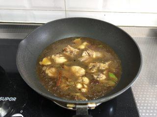 黄焖鸡,加入稍多清水,没过鸡块,大火烧开转中小火炖20分钟