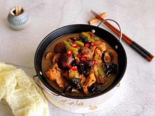 黄焖鸡,出锅点缀红辣椒碎即可