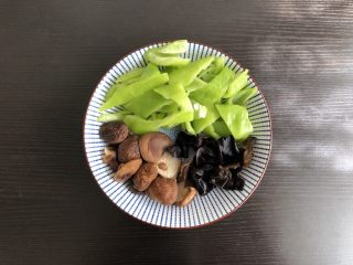 黄焖鸡,干木耳干香菇提前泡发备用,青椒切块