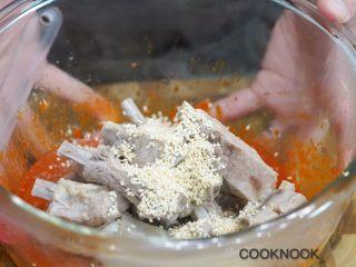 网红芝士排骨,将煮软熟的排骨取出沥干,倒入玻璃碗内