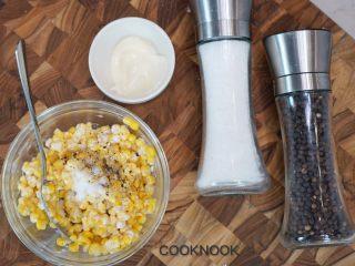 网红芝士排骨,剩下的美乃滋拌入玉米,盐,胡椒粉适量调味.