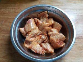 椒盐鸡中翅,鸡中翅洗净、对半斩块放入盆中