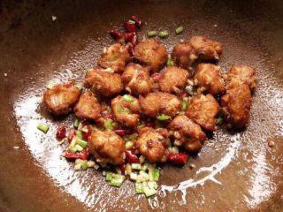 椒盐鸡中翅,倒入炸好的鸡中翅,洒上适量的椒盐翻炒均