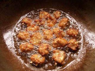 椒盐鸡中翅,锅内热油后放入鸡翅中火炸至定型