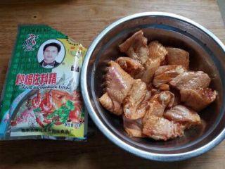 椒盐鸡中翅,加入适量的生抽、盐、鸡粉、佐料精抓均匀后腌制20分钟