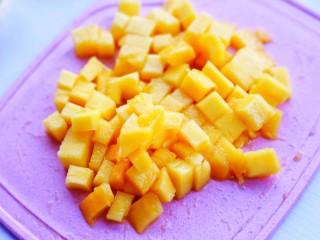 网红蛋挞皮芒果酥,芒果去皮切成小丁。