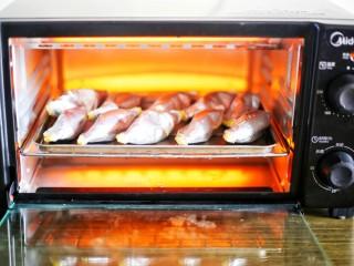 网红蛋挞皮芒果酥,全部装好后,烤箱200度预热10分钟,再把准备好的食材放入烤10分钟。