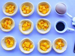网红蛋挞皮芒果酥,装入蛋挞皮里。