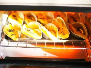 网红蛋挞皮芒果酥,入烤箱再烤10分钟就OK了。