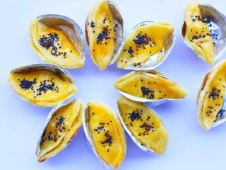 网红蛋挞皮芒果酥,撒上芝麻点缀。