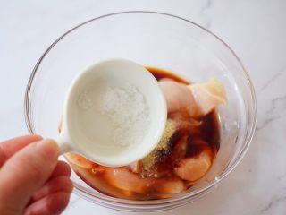 蜜汁鸡胸肉,加入盐
