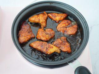 蜜汁鸡胸肉,小火煎至两面表面金黄色,捞出即用食用