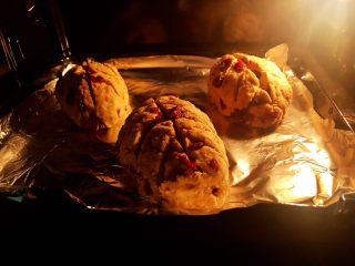 蔓越莓全麦面包,11.烤25分钟左右,观察面包颜色,颜色满意了,就覆盖上锡纸,继续烤