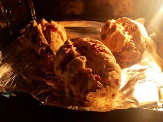 蔓越莓全麦面包,12.继续烘烤15分钟