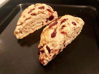 蔓越莓全麦面包,15.放凉就可以切片食用了
