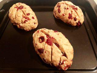 蔓越莓全麦面包,9.将面团做成橄榄球的样子,在面包表面划几刀,放入烤箱进行第二次发酵,大概半小时