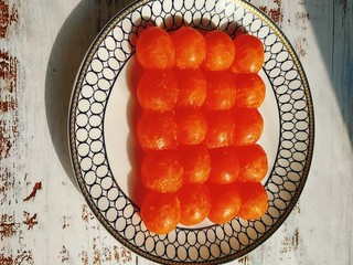 网红咸蛋黄肉松青团~咸蛋黄肉松馅&花生馅,提前三天处理咸蛋黄,我用的是金奇香咸蛋黄,是密封抽真空冷冻保存的,把咸蛋黄打开包装放盘子里室温解冻8个小时,然后放在花生油里浸泡24-48小时,盆上面覆盖保鲜膜冷藏;