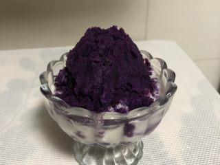 紫薯酸奶杯,再将紫薯泥用勺子整理成小山状