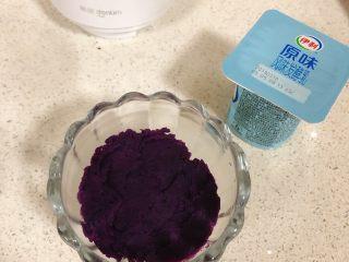 紫薯酸奶杯,装少许紫薯泥用勺子压压平,倒少部分酸奶