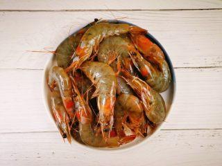 蒜蓉串串虾,虾洗净,待用